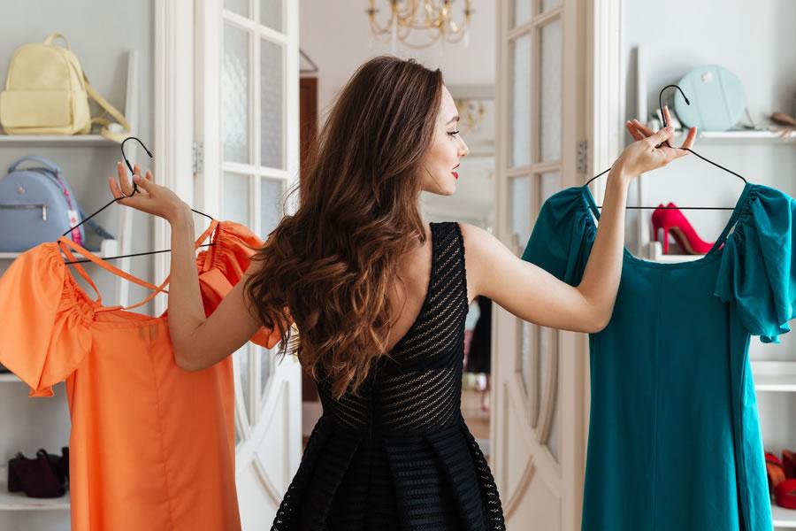 Прыщи на спине женщины - низкое качество одежды